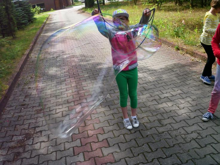 Pensjonat Grynwald - zabawa z bańkami podczas zielonej szkoły